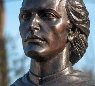 """PENTRU BUSTUL LUI EMINESCU LA CAREI. Donaţi 5 lei pentru Eminescu la Carei! Discursul lui Goga de la ridicarea primei statui Eminescu în Transilvania: """"O graniţă se apără cu un corp de armată sau cu statuia unui poet alături de inimile tuturora. Aţi ales pe cel mai tare, aţi ales poetul."""""""